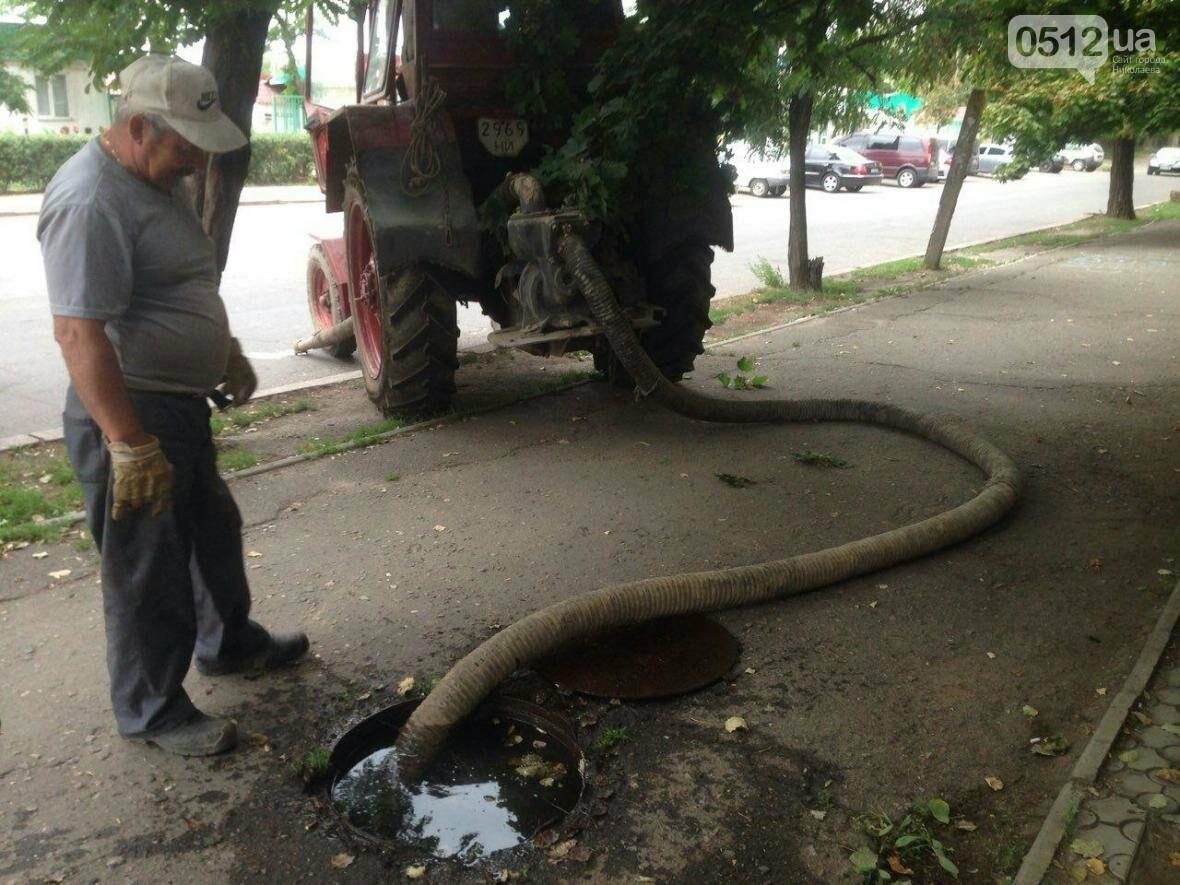 """В Николаеве жилой дом затопило водой - """"водоканал"""" выкачивает воду прямо на проезжую часть, фото-4"""