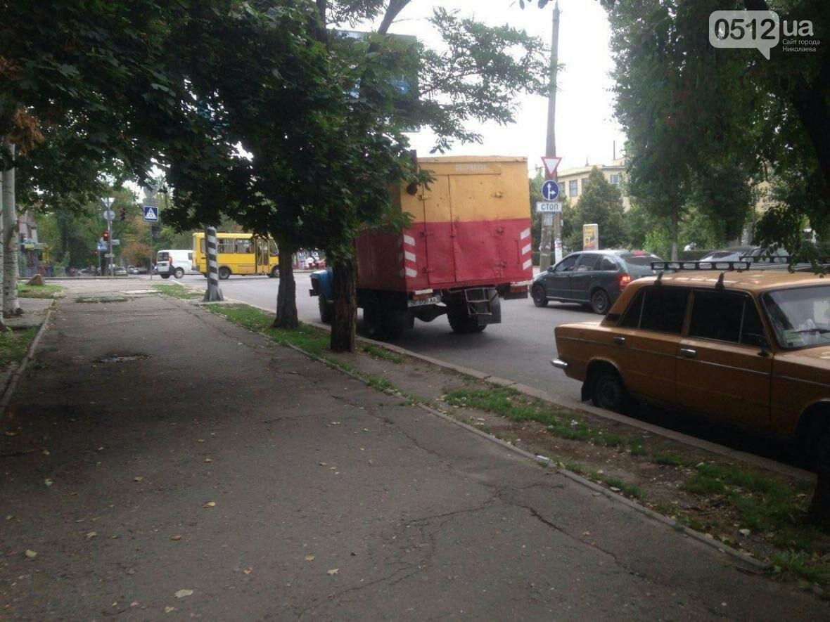 """В Николаеве жилой дом затопило водой - """"водоканал"""" выкачивает воду прямо на проезжую часть, фото-2"""