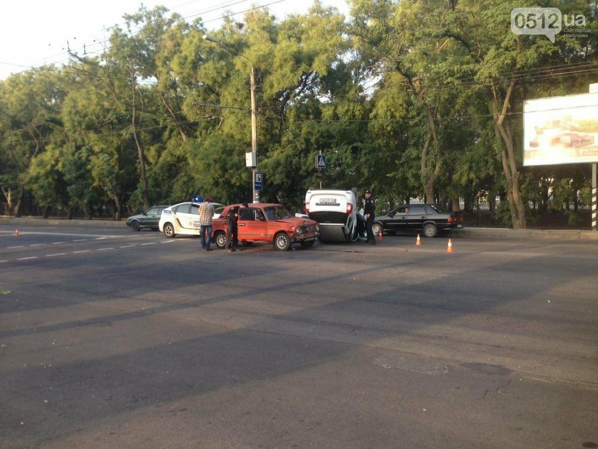 На проспекте Героев Украины перевернулся Renault  - водитель госпитализирован (ФОТО), фото-1
