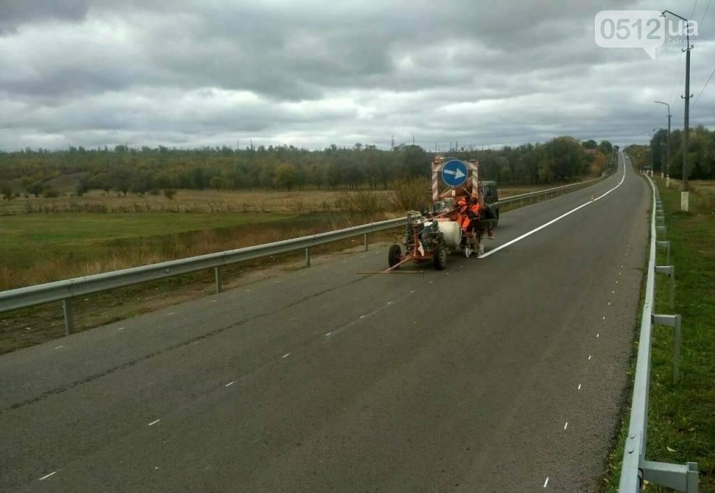 Дорожники нанесли разметку и установили знаки на трассе Н-11 Днепр - Николаев, - ФОТО, фото-2