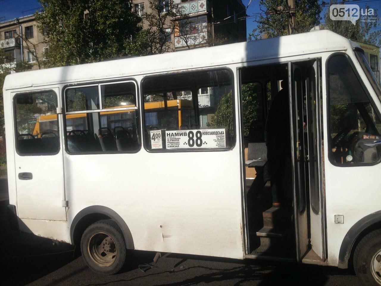 """Тройное ДТП: в Николаеве """"маршрутчик"""" влетел в троллейбус и """"девятку"""", - ФОТО , фото-5"""