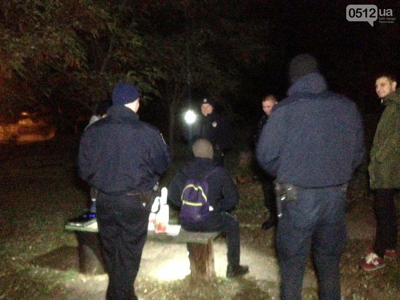 В Николаеве патрульные задержали компанию парней, куривших коноплю в парке возле яхт-клуба, - ФОТО, фото-1