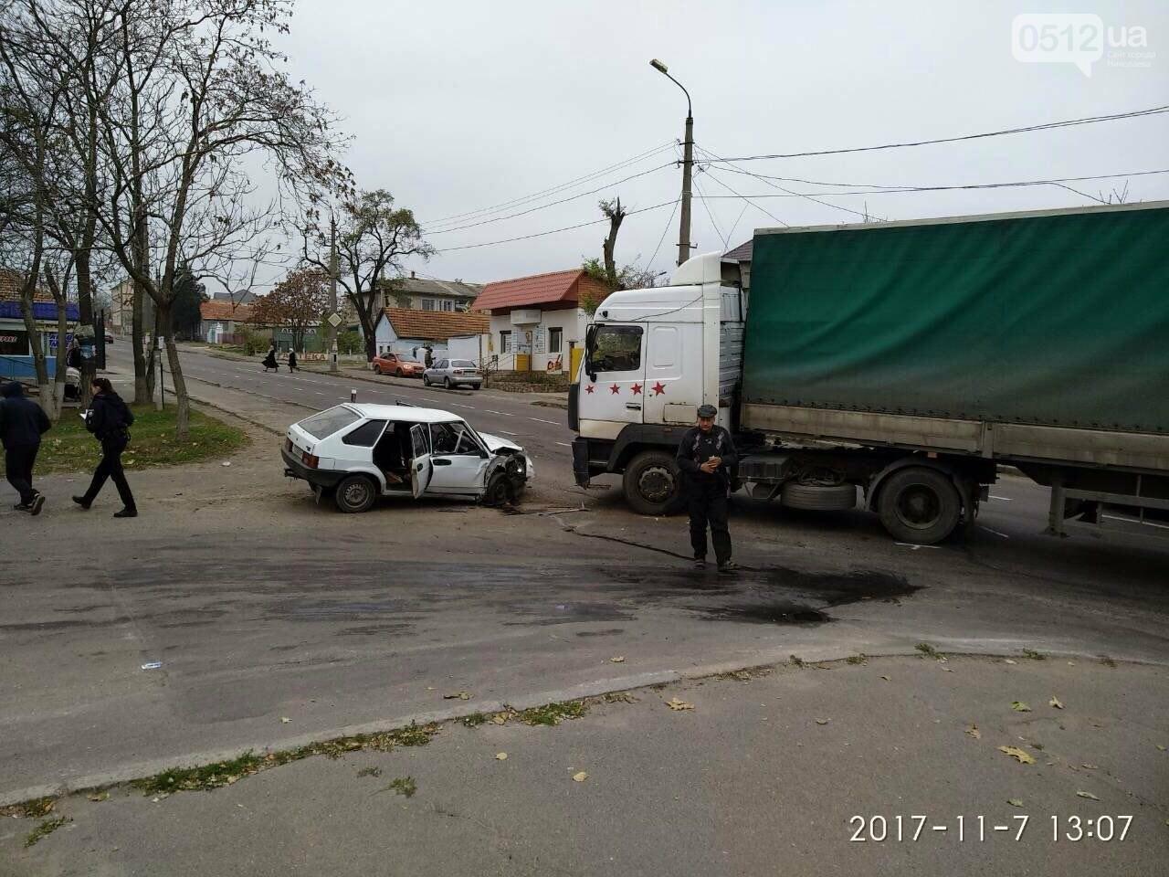"""На въезде в Николаев фура сбила """"девятку"""" - в аварии пострадали отец и сын, - ФОТО , фото-9"""
