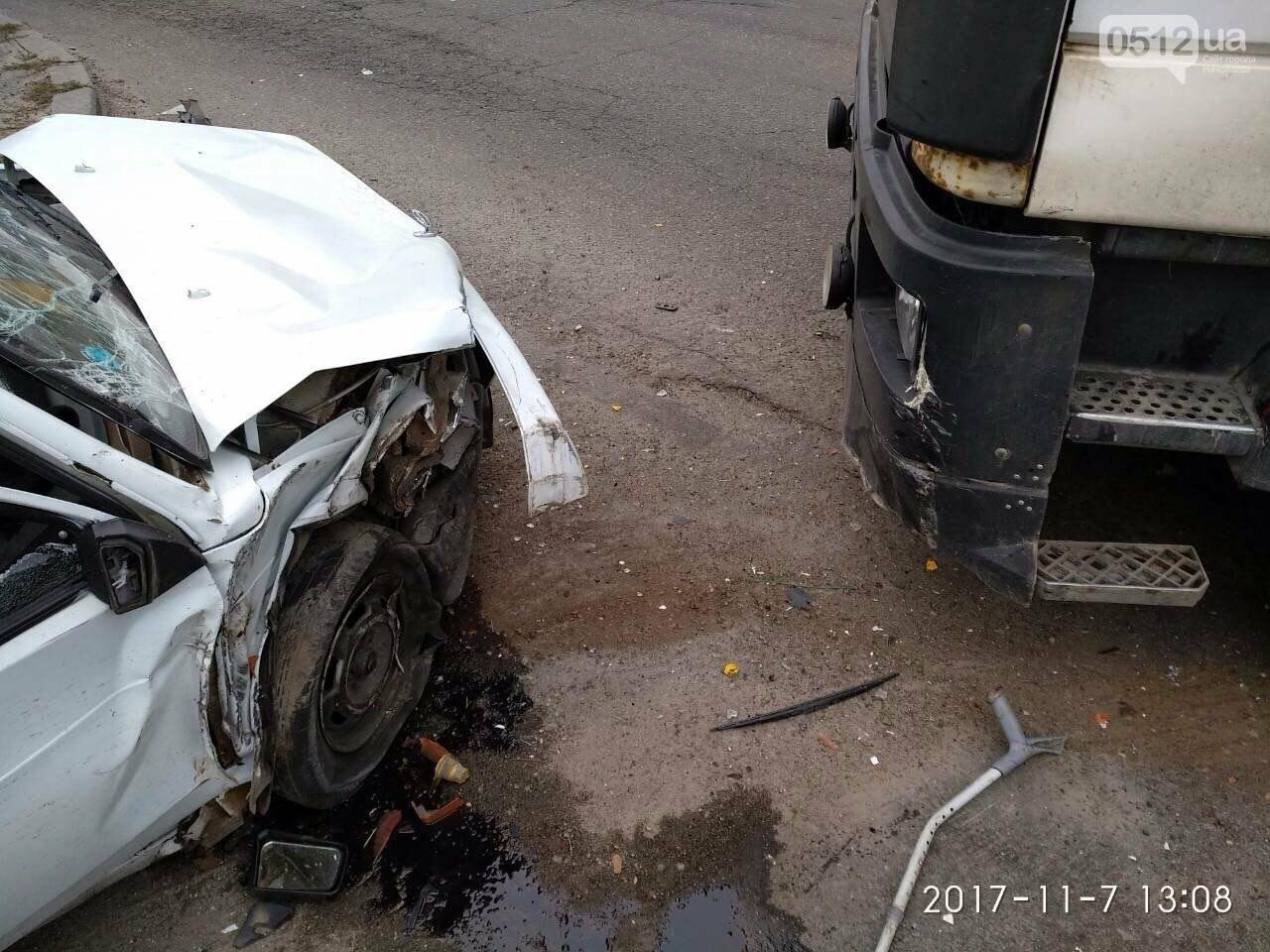 """На въезде в Николаев фура сбила """"девятку"""" - в аварии пострадали отец и сын, - ФОТО , фото-8"""