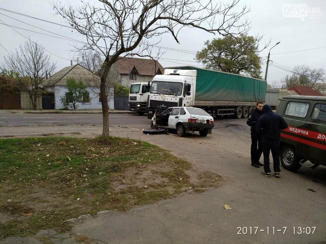 """На въезде в Николаев фура сбила """"девятку"""" - в аварии пострадали отец и сын, - ФОТО , фото-1"""