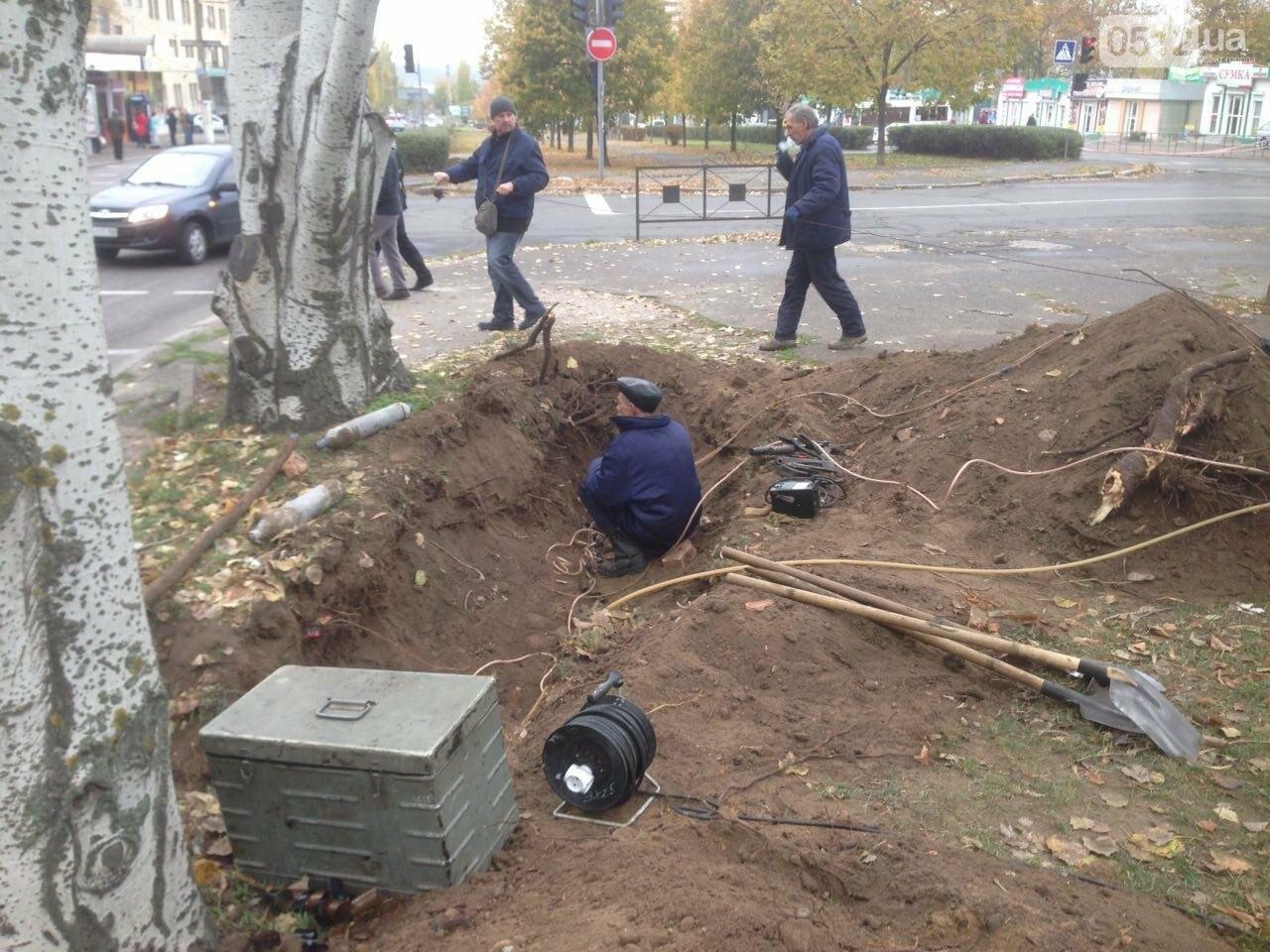Сотрудники трамвайно-троллейбусного депо устанавливают высоковольтный кабель в центре Николаева, - ФОТО, фото-4