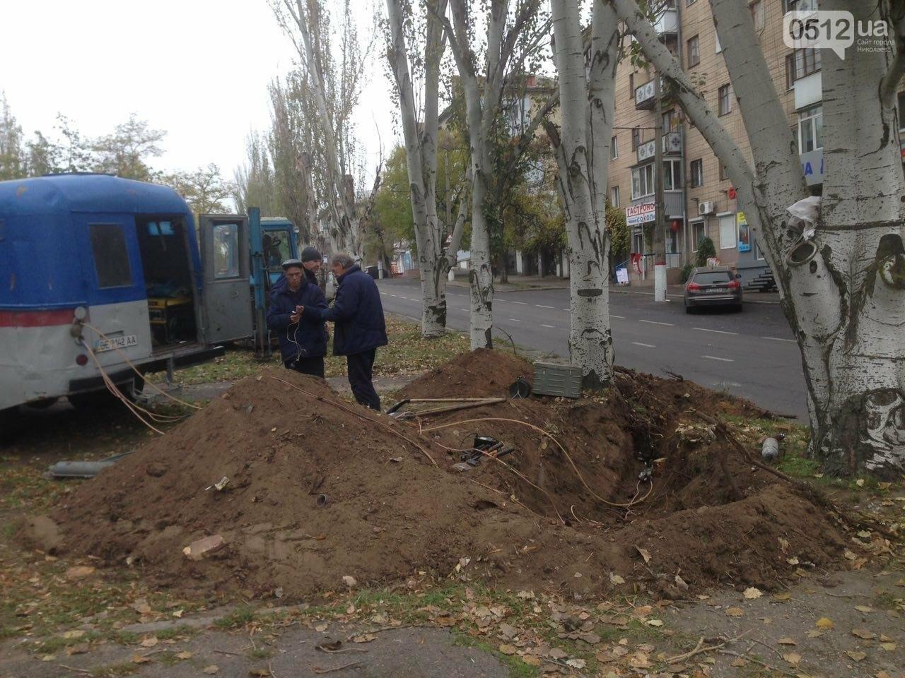 Сотрудники трамвайно-троллейбусного депо устанавливают высоковольтный кабель в центре Николаева, - ФОТО, фото-3