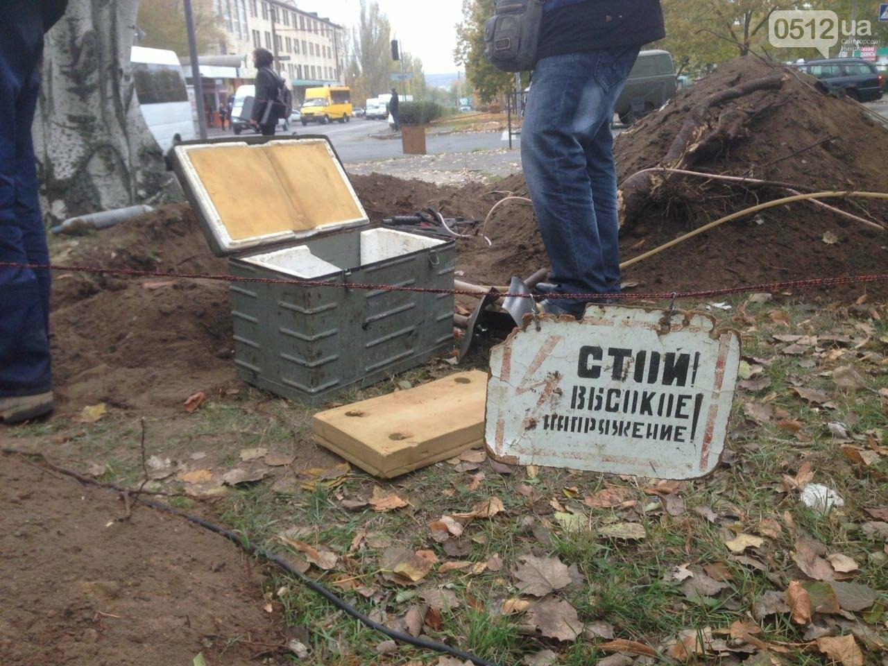 Сотрудники трамвайно-троллейбусного депо устанавливают высоковольтный кабель в центре Николаева, - ФОТО, фото-1