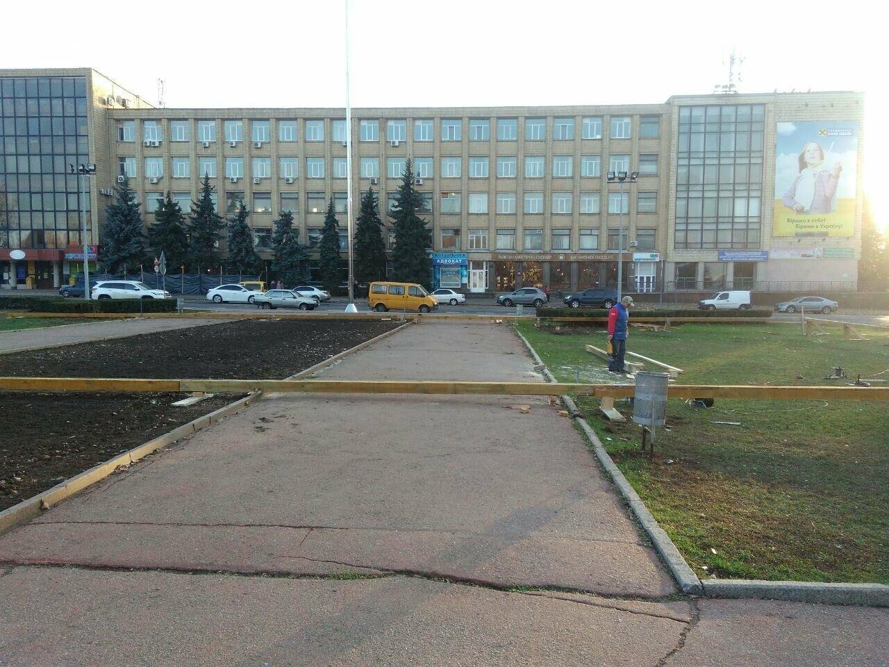 В центре Николаева устанавливают ледовый каток под открытым небом, - ФОТО, фото-6