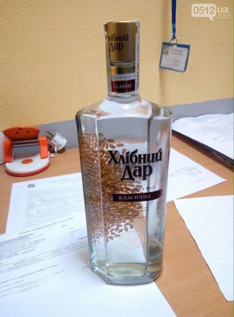 """В Николаеве мужчина пытался """"вынести"""" две бутылки водки из """"АТБ"""" - его задержала полиция (ФОТО), фото-1"""