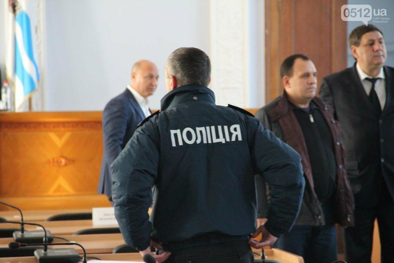 В Николаеве на сессии горсовета активисты подрались с полицией, - ФОТО, фото-1