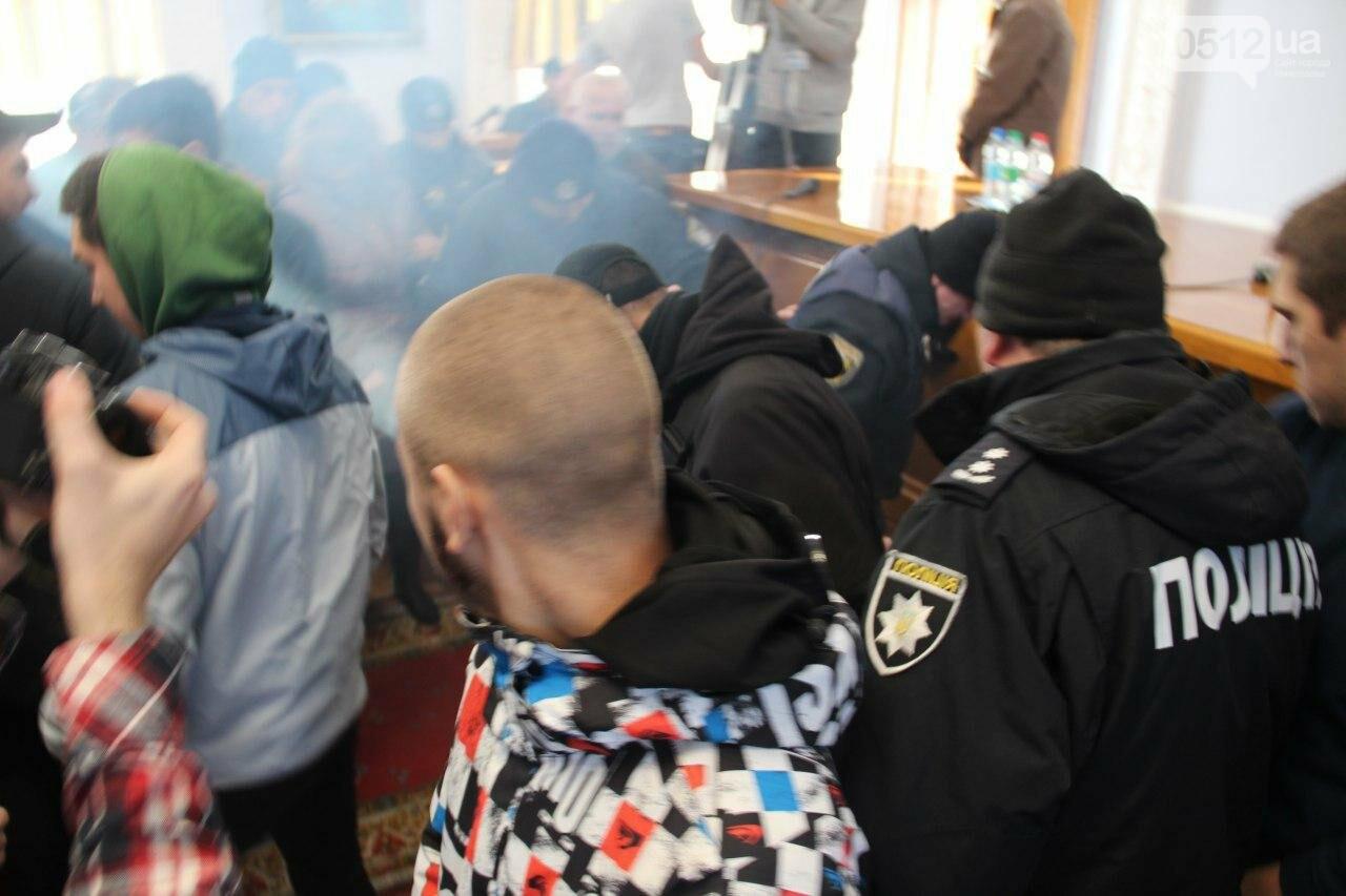 В Николаеве на сессии горсовета активисты подрались с полицией, - ФОТО, фото-16