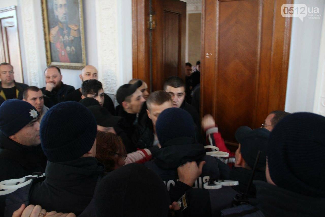 В Николаеве на сессии горсовета активисты подрались с полицией, - ФОТО, фото-18