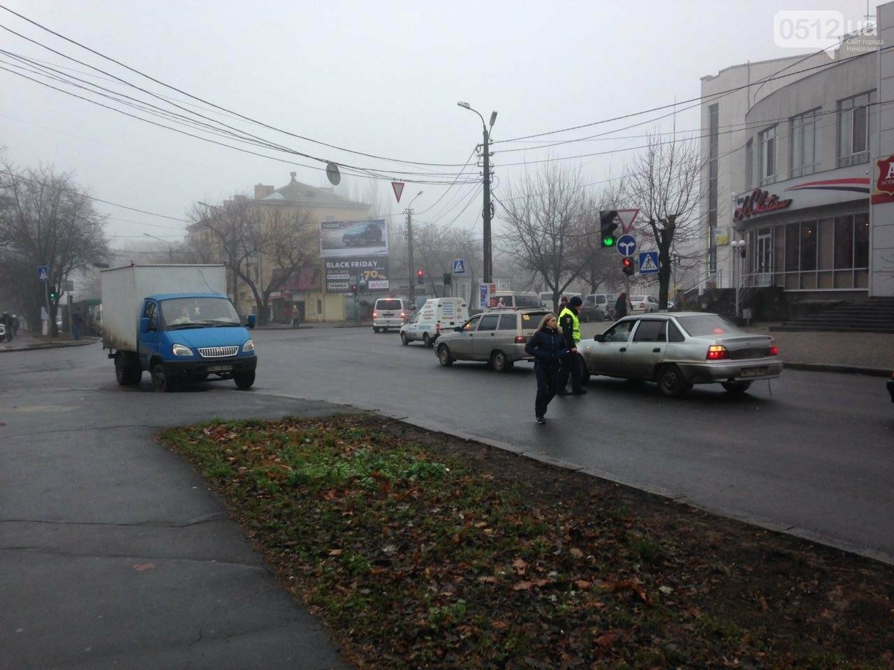 В Николаеве работники бывшего завода 61 коммунара перекрыли Варваровский мост, ВИДЕО, фото-2