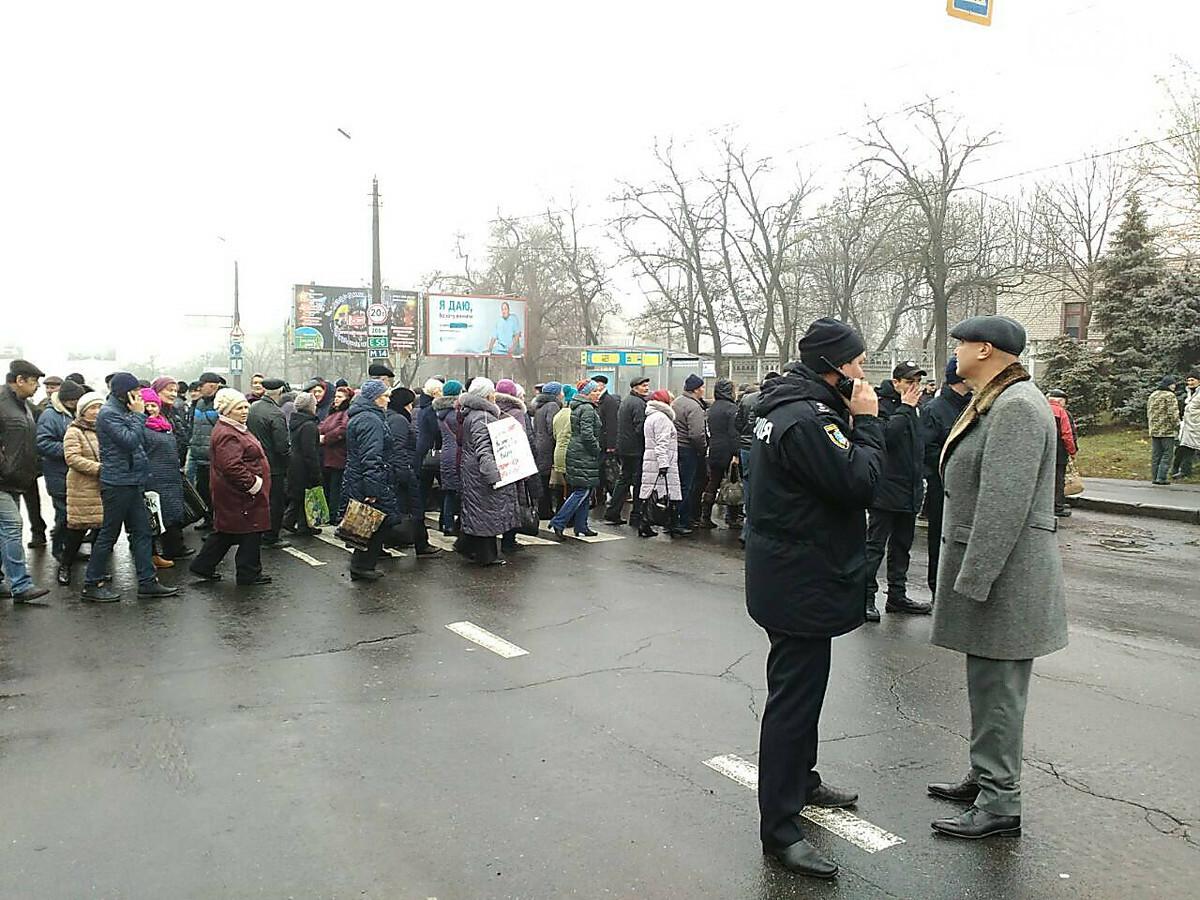 В Николаеве работники бывшего завода 61 коммунара перекрыли Варваровский мост, ВИДЕО, фото-1