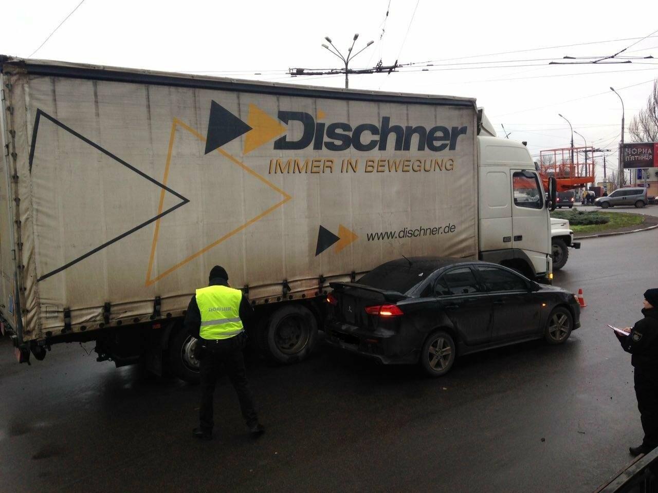"В Николаеве на Пушкинском кольце ""Mitsubishi Lancer"" врезался в грузовик, ФОТО, фото-3"
