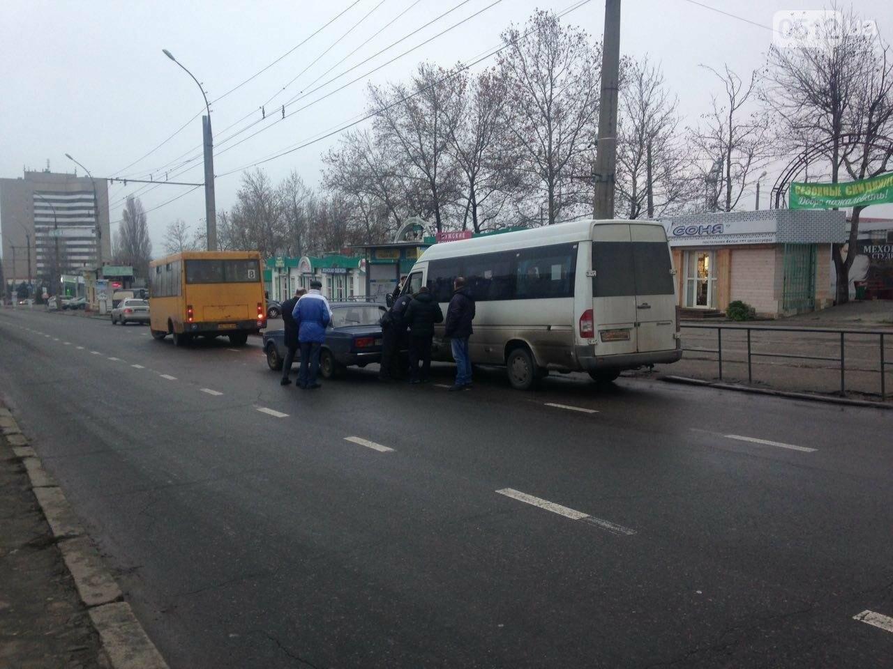 Возле Центрального стадиона в Николаеве маршрутка с пассажирами столкнулась с ВАЗом, - ФОТО, фото-4