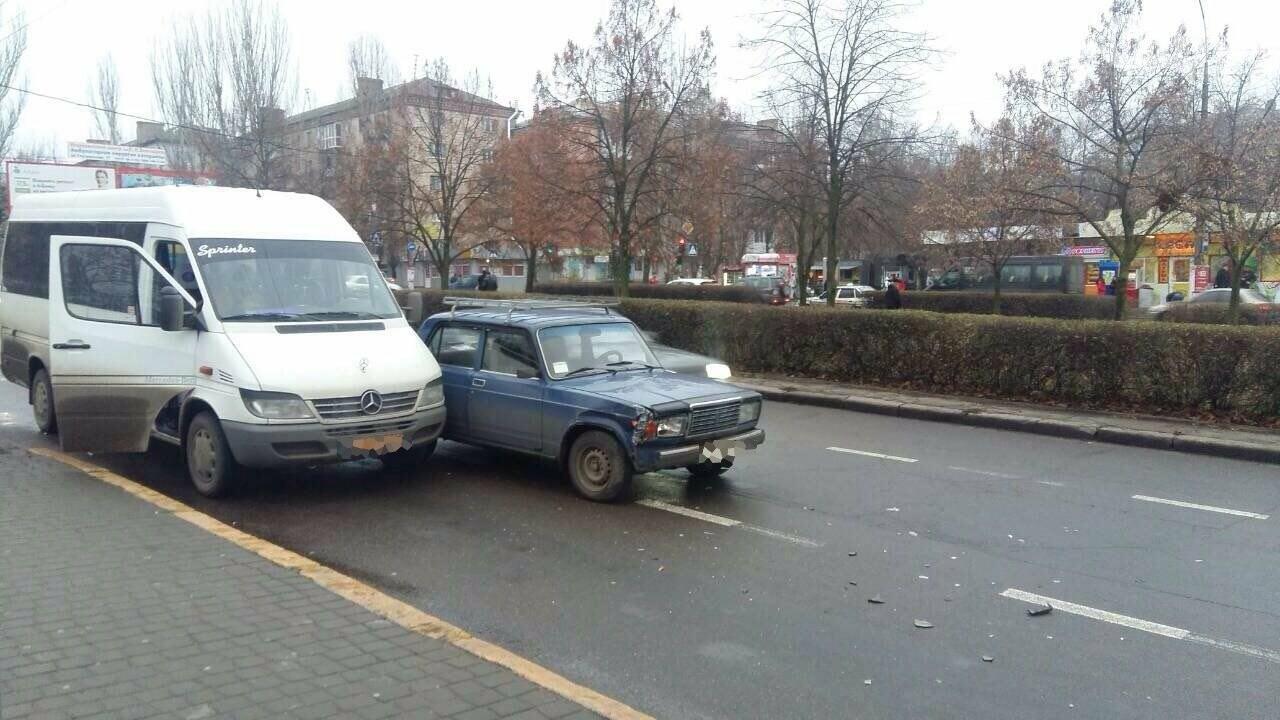Возле Центрального стадиона в Николаеве маршрутка с пассажирами столкнулась с ВАЗом, - ФОТО, фото-3