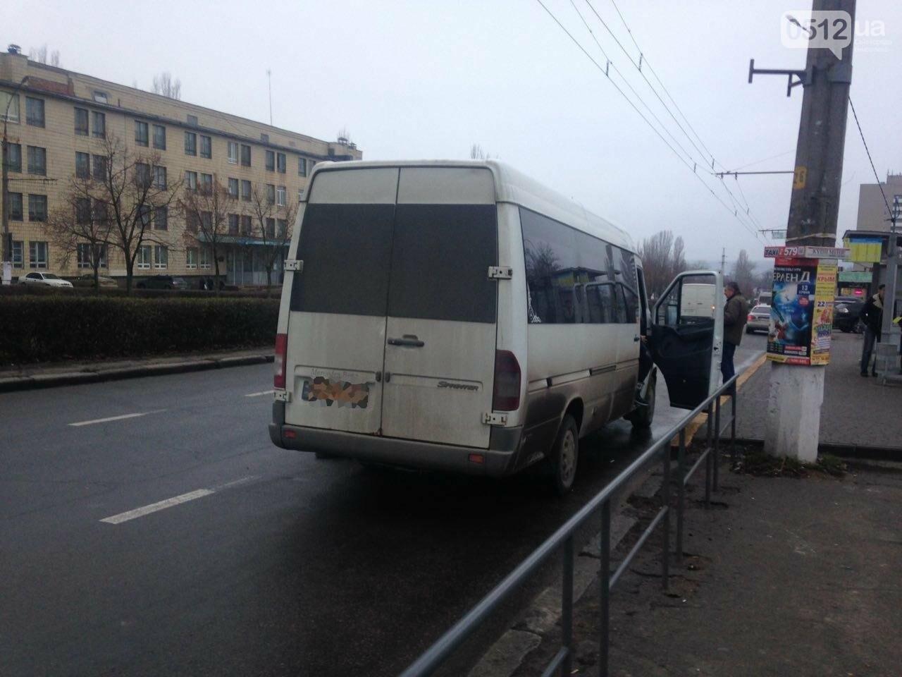 Возле Центрального стадиона в Николаеве маршрутка с пассажирами столкнулась с ВАЗом, - ФОТО, фото-2