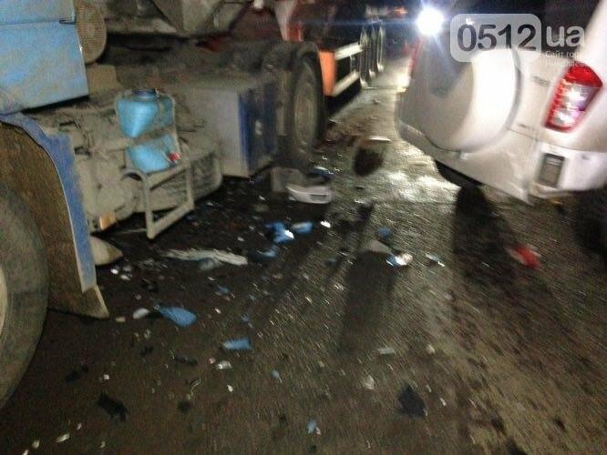 """На въезде в Николаев """"легковушка"""" лоб в лоб столкнулась с грузовиком - есть пострадавшие, - ФОТО, ВИДЕО, фото-1"""