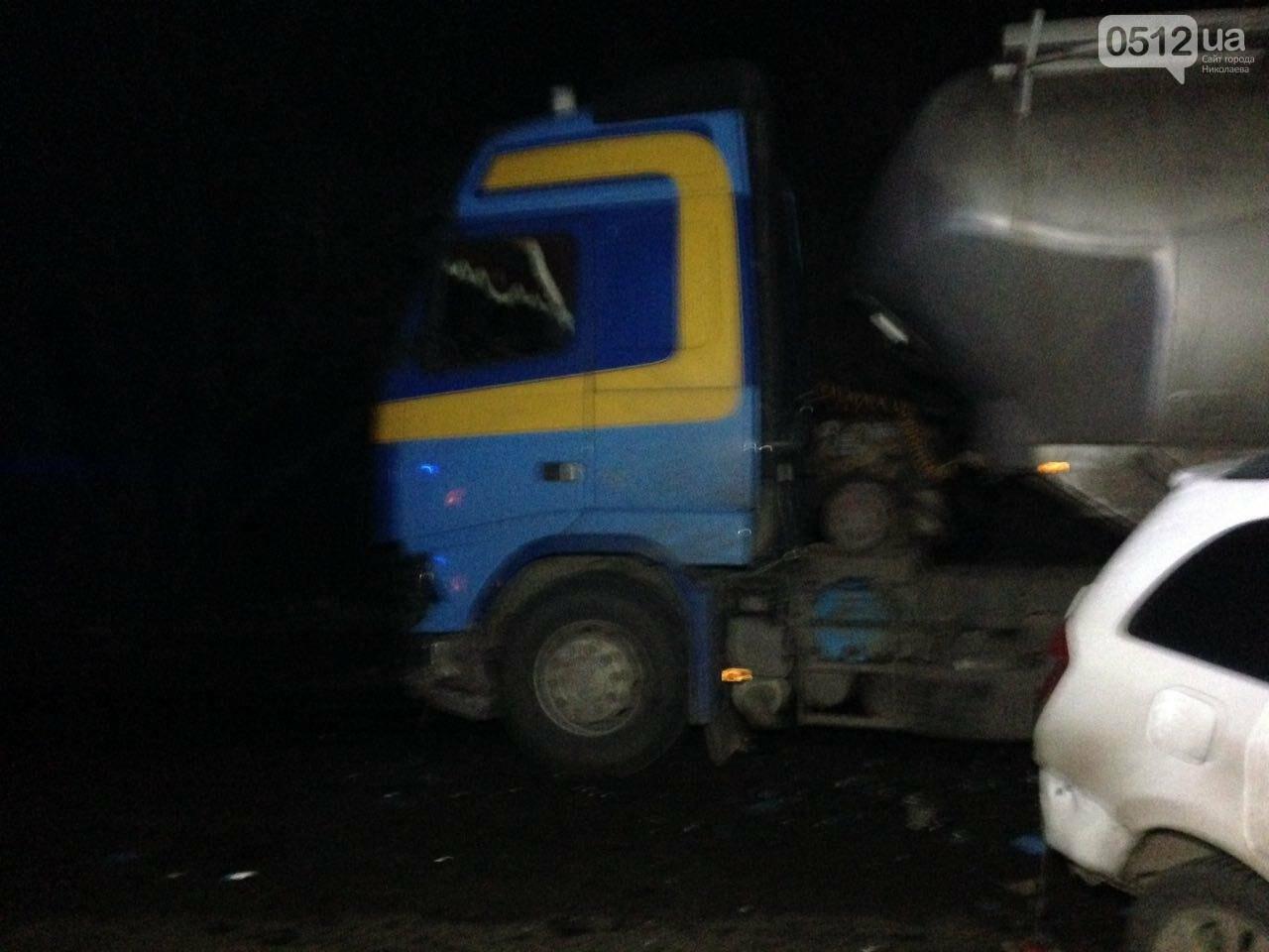 """На въезде в Николаев """"легковушка"""" лоб в лоб столкнулась с грузовиком - есть пострадавшие, - ФОТО, ВИДЕО, фото-7"""