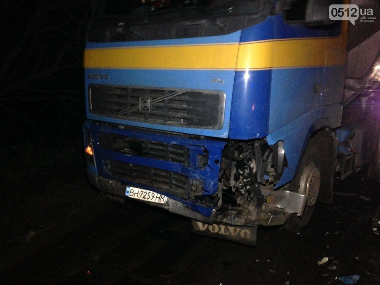 """На въезде в Николаев """"легковушка"""" лоб в лоб столкнулась с грузовиком - есть пострадавшие, - ФОТО, ВИДЕО, фото-9"""