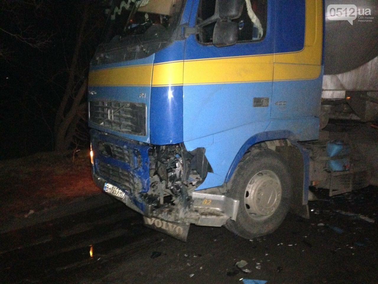 """На въезде в Николаев """"легковушка"""" лоб в лоб столкнулась с грузовиком - есть пострадавшие, - ФОТО, ВИДЕО, фото-13"""
