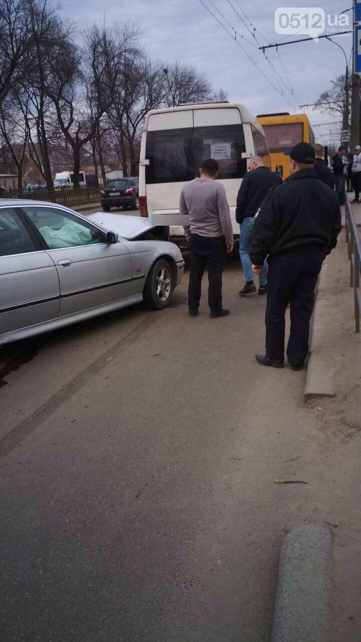 В центре Николаева BMW на еврономерах протаранило две стоящие маршрутки, - ФОТО, фото-3