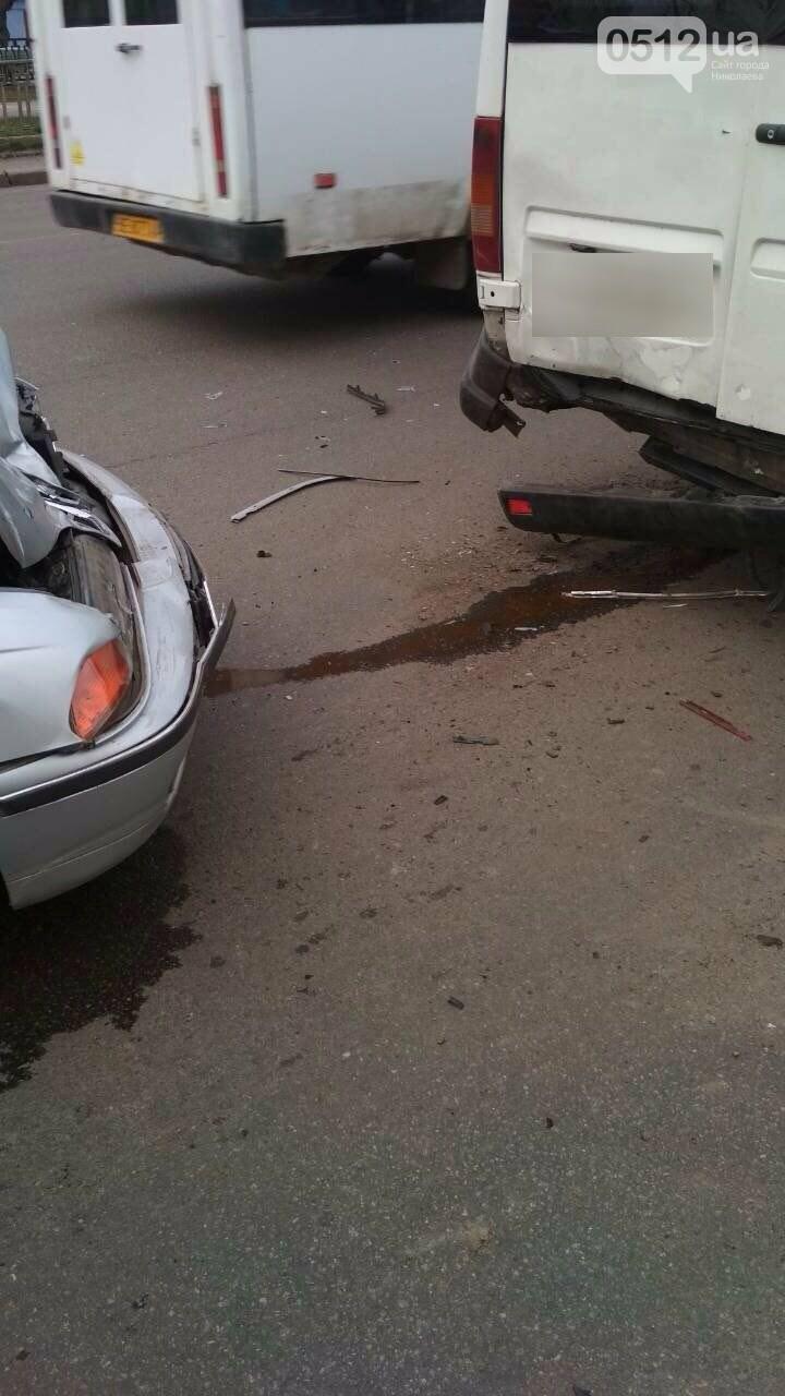 В центре Николаева BMW на еврономерах протаранило две стоящие маршрутки, - ФОТО, фото-2