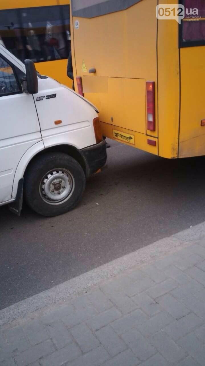 В центре Николаева BMW на еврономерах протаранило две стоящие маршрутки, - ФОТО, фото-1