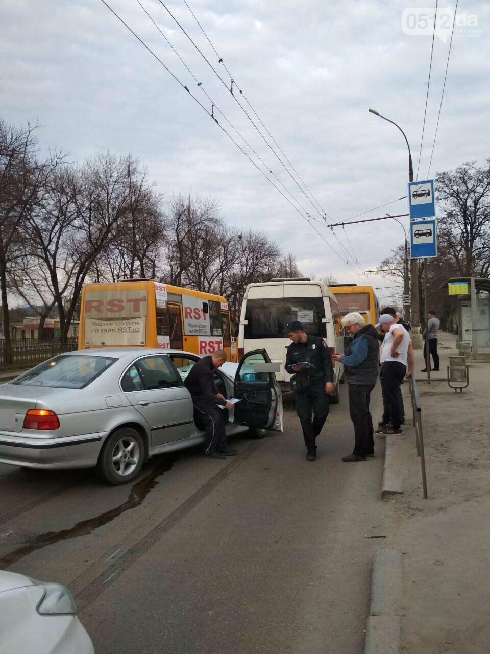 В центре Николаева BMW на еврономерах протаранило две стоящие маршрутки, - ФОТО, фото-6