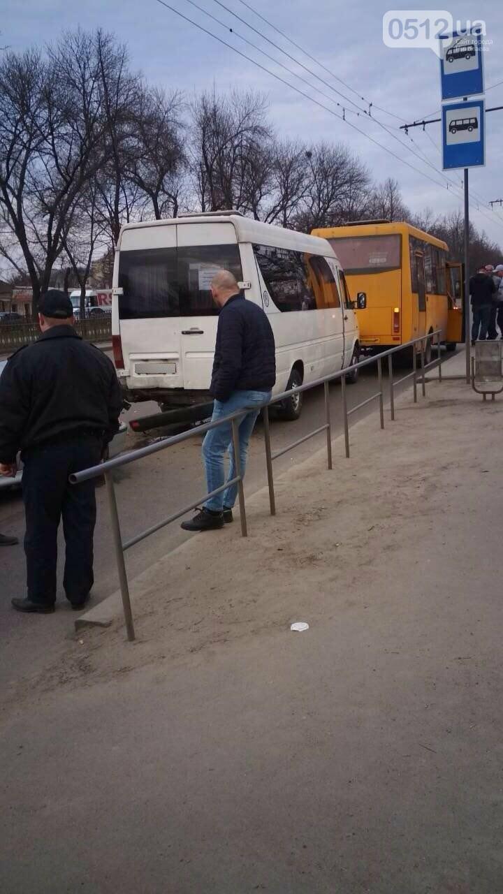 В центре Николаева BMW на еврономерах протаранило две стоящие маршрутки, - ФОТО, фото-4