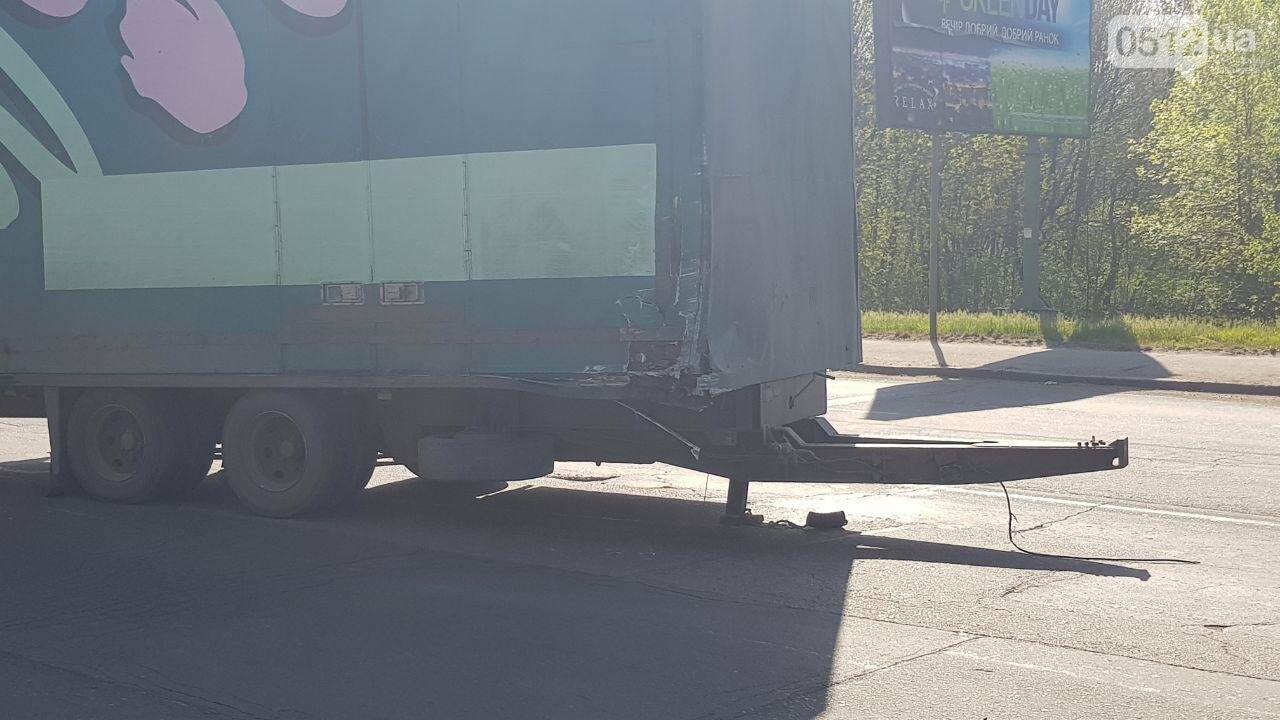 """В Николаеве на Ингульском мосту грузовик """"потерял"""" прицеп, который врезался в электроопору - ФОТО, ВИДЕО , фото-2"""