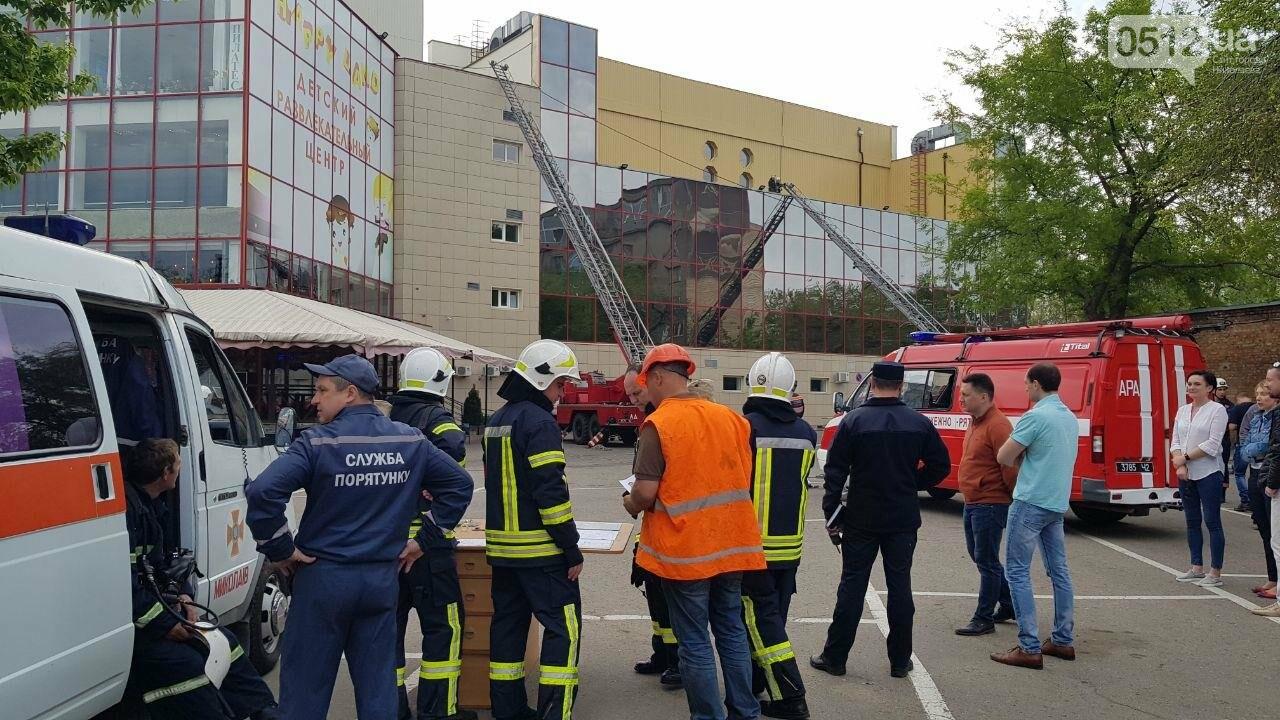 В Николаеве пожарные эвакуировали 10 человек из помещений ТРЦ City Center, - ФОТО, ВИДЕО, фото-5