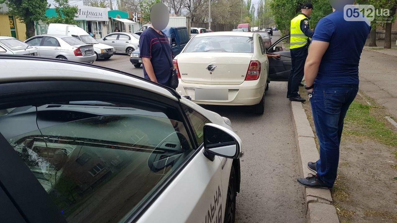 Празднование началось: в Николаеве остановили пьяного водителя за проезд на красный, - ФОТО, фото-2