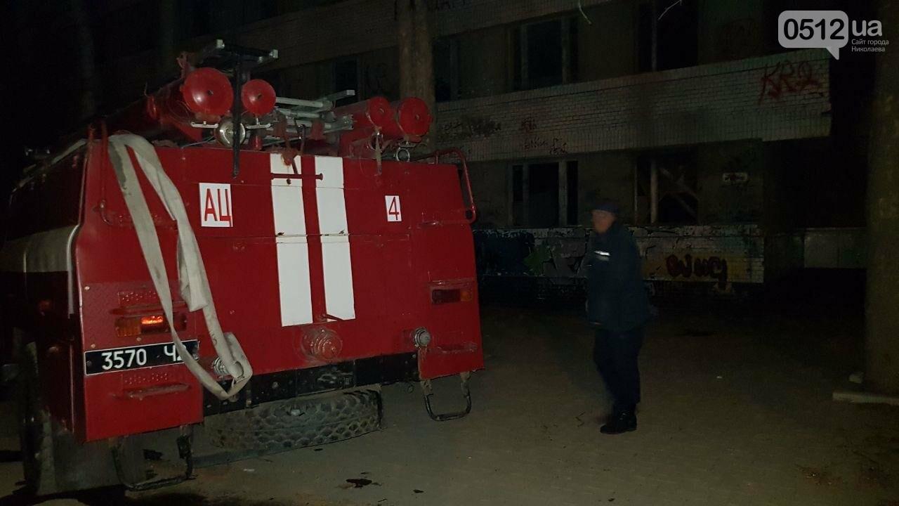 В Николаеве горел подвал заброшенного дома, в котором находился бездомный на инвалидной коляске, - ФОТО, ВИДЕО, фото-2