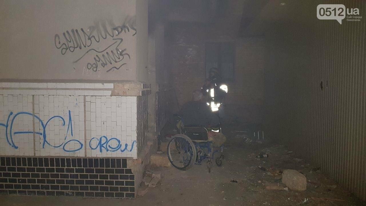 В Николаеве горел подвал заброшенного дома, в котором находился бездомный на инвалидной коляске, - ФОТО, ВИДЕО, фото-3