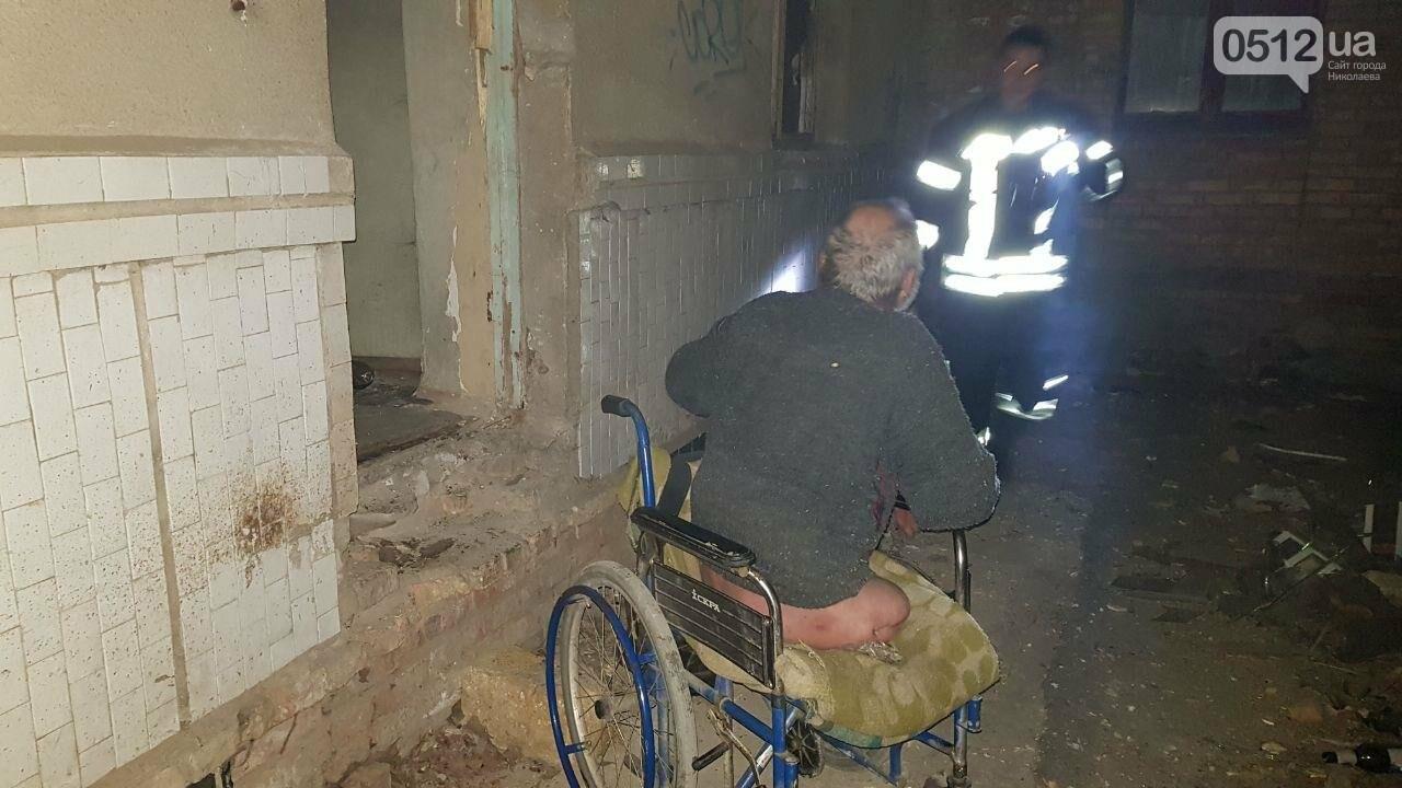 В Николаеве горел подвал заброшенного дома, в котором находился бездомный на инвалидной коляске, - ФОТО, ВИДЕО, фото-4