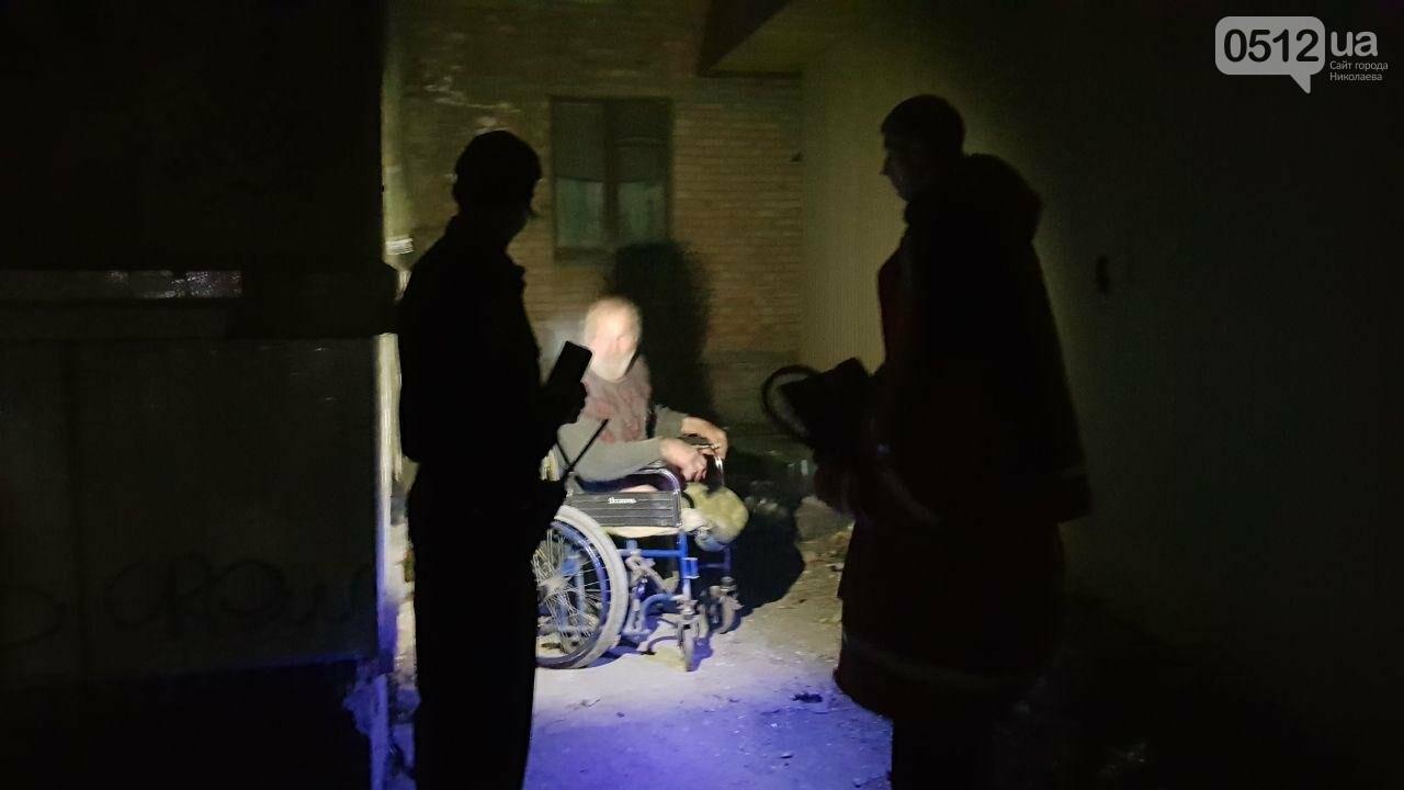 В Николаеве горел подвал заброшенного дома, в котором находился бездомный на инвалидной коляске, - ФОТО, ВИДЕО, фото-1