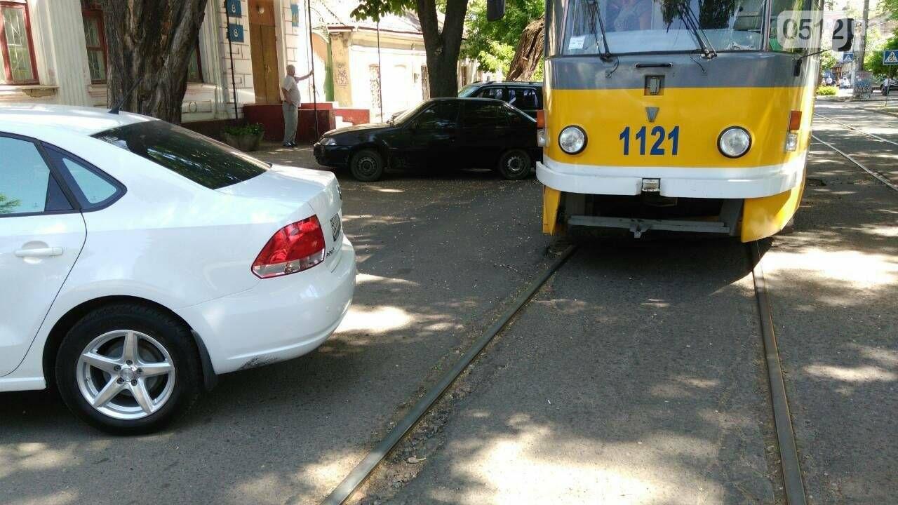 Ты не пройдешь: в Николаеве из-за неправильно припаркованного автомобиля стоят трамваи, - ФОТО, фото-3