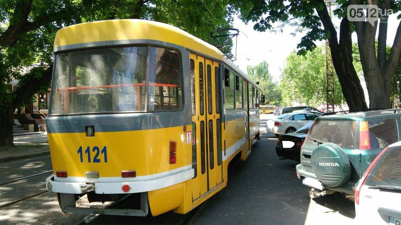 Ты не пройдешь: в Николаеве из-за неправильно припаркованного автомобиля стоят трамваи, - ФОТО, фото-2