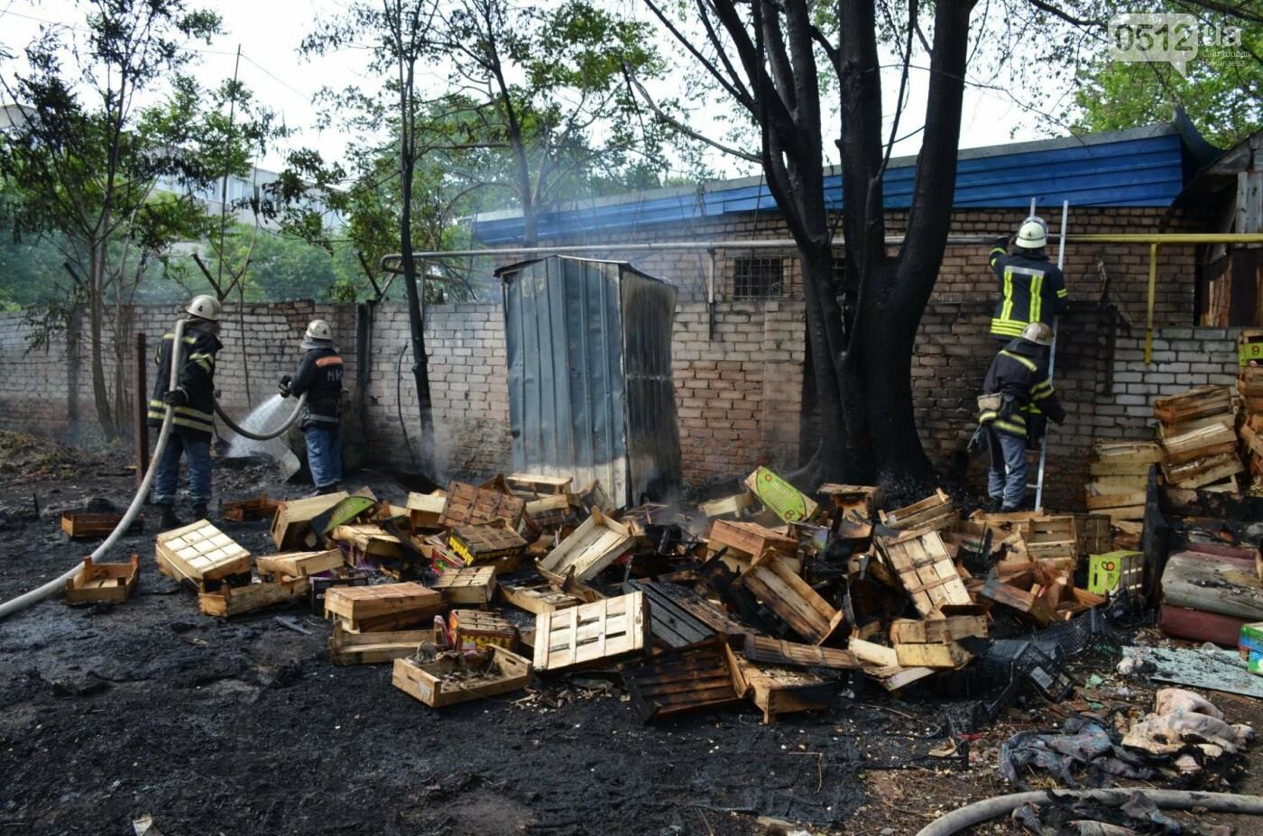 """В Николаеве на рынке """"Колос"""" горели деревянные ящики: огонь начал распространятся, - ФОТО, ВИДЕО, фото-8"""