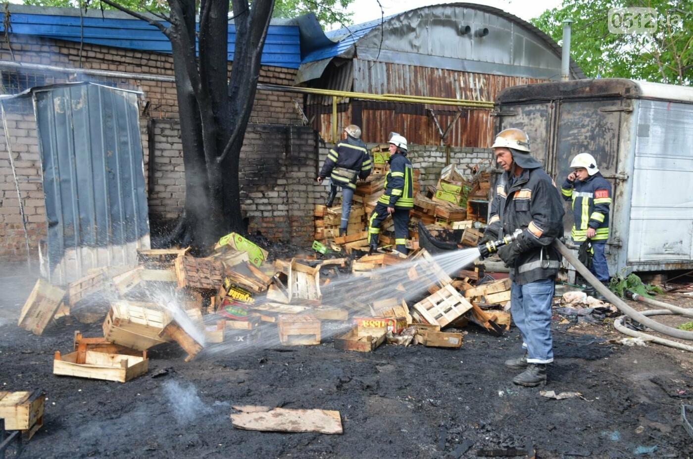 """В Николаеве на рынке """"Колос"""" горели деревянные ящики: огонь начал распространятся, - ФОТО, ВИДЕО, фото-7"""