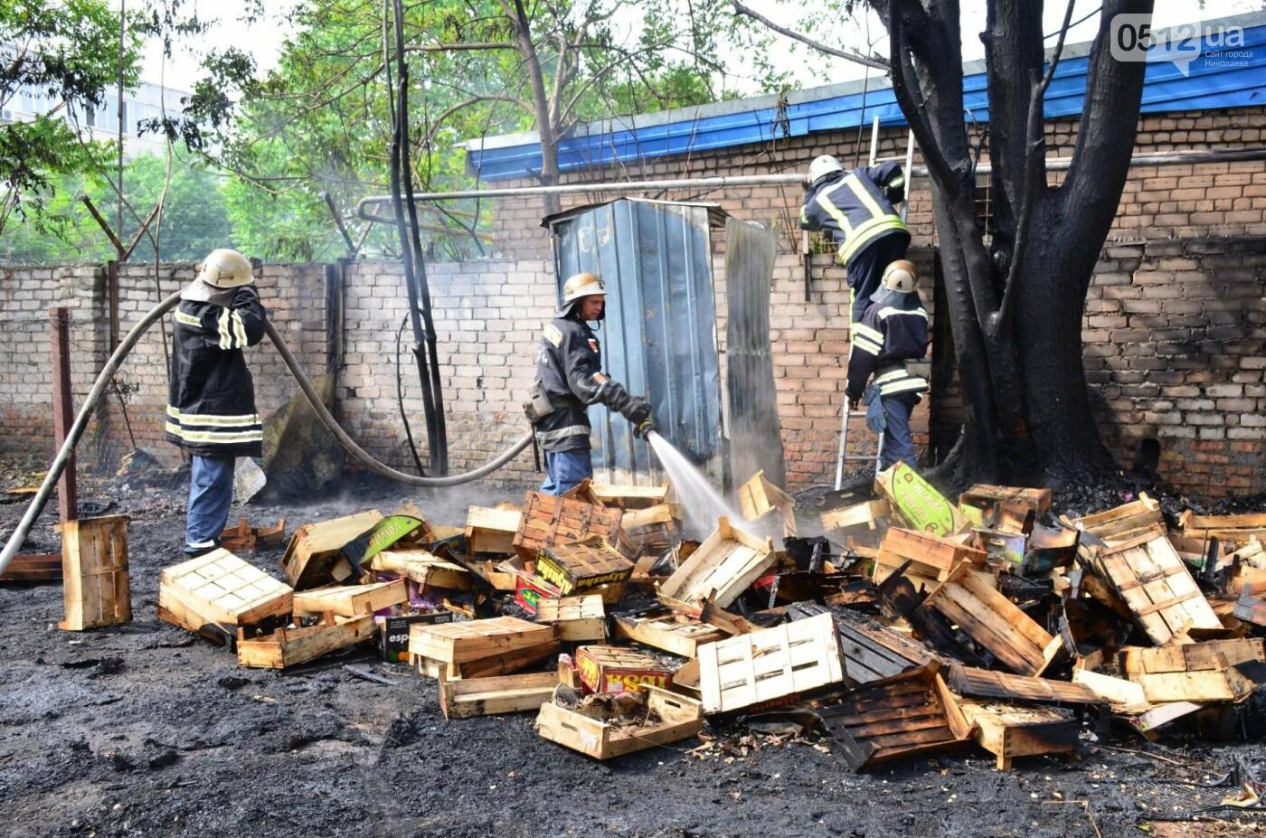 """В Николаеве на рынке """"Колос"""" горели деревянные ящики: огонь начал распространятся, - ФОТО, ВИДЕО, фото-9"""