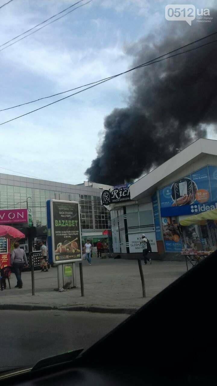 """В Николаеве на рынке """"Колос"""" горели деревянные ящики: огонь начал распространятся, - ФОТО, ВИДЕО, фото-1"""