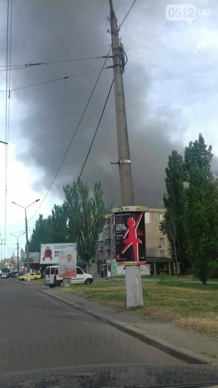 """В Николаеве на рынке """"Колос"""" горели деревянные ящики: огонь начал распространятся, - ФОТО, ВИДЕО, фото-3"""