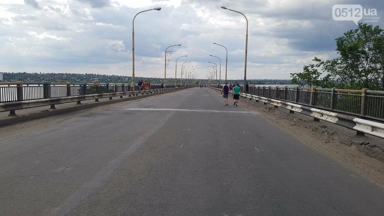 В Николаеве развели мосты для военного корабля, - ФОТО, ВИДЕО, фото-6