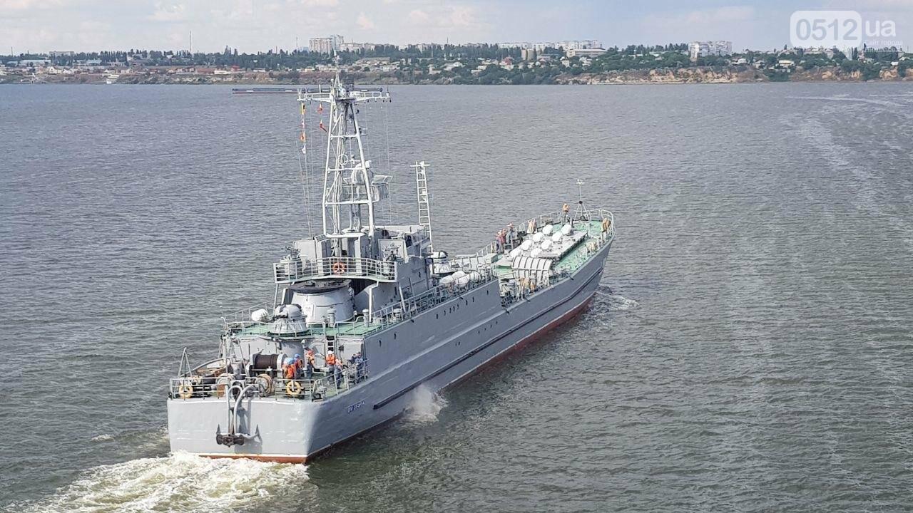 В Николаеве развели мосты для военного корабля, - ФОТО, ВИДЕО, фото-7