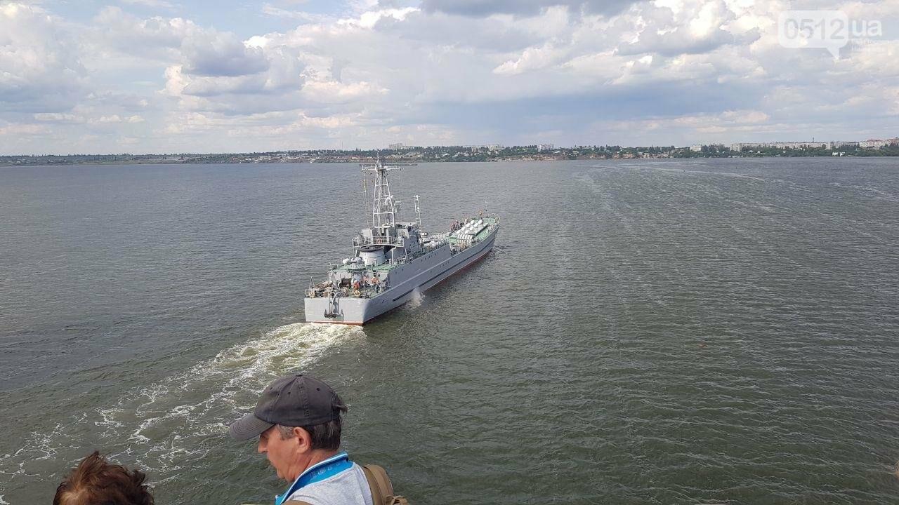 В Николаеве развели мосты для военного корабля, - ФОТО, ВИДЕО, фото-10