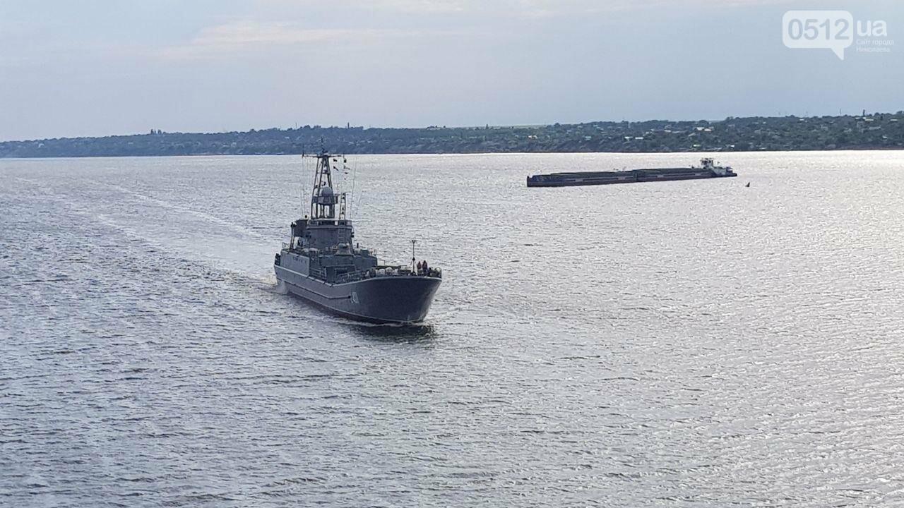 В Николаеве развели мосты для военного корабля, - ФОТО, ВИДЕО, фото-8